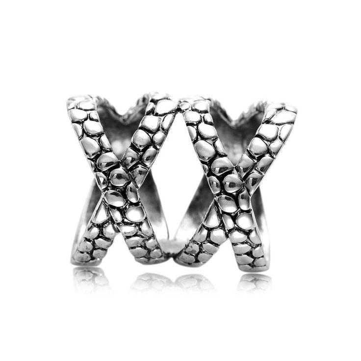 Luxusná ozdoba s názvom Double Cross je rúrkový typ spony na šatky a šály. Spona má tvar prekríženého prstenca a je možné ju nosiť aj ako prsteň. Ozdoba je rúrkovitého vzhľadu, aby bolo možné ľahké upnutie na šatku alebo šál.  Táto ozdoba na hodvábne šatky a šály je vyrobená z kvalitných materiálov (zliatín), ktoré sú následne pozlátené. Šatka so šperkom spraví z Vášho oblečenia ozdobu! Oživte svoj šatník vkusným luxusným doplnkom. www.malovany-hodvab.sk