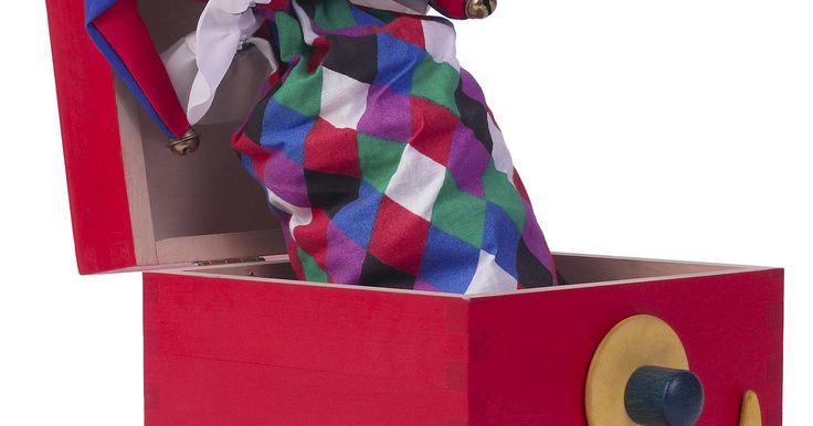 Como pintar móveis de madeira prensada. Pintar madeira prensada é uma tarefa simples, mas a chave está na preparação adequada da superfície para deixá-la pronta para ser pintada. Alguns passos específicos precisam ser tomados para garantir que a madeira irá receber a tinta de forma igual e uniforme. A madeira prensada é feita de lascas e outras partículas de madeira coladas para formar ...