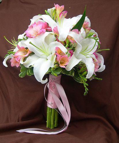 Lily bouquet - vielleicht mit kleinen roten Blüten dazwischen liebe Natalie