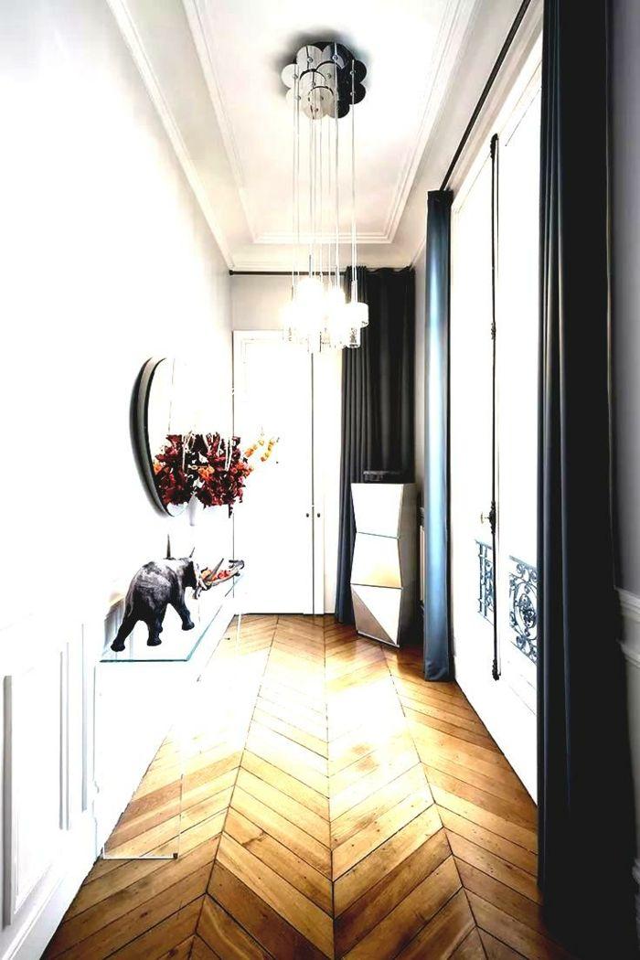 tendencias en la decoración de interiores, recibidores originales decorados en blanco y negro, suelo de parquet y cortinas negras
