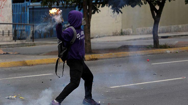 Un adolescente de 15 años habla sobre los pagos que la oposición le entregaba por cometer actos violentos en las manifestaciones, las drogas que le proporcionaban y el material letal que le enseñar…
