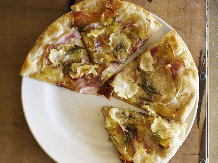 Pizza mit Kartoffeln, Pastinaken und Schinken   Zeit: 45 Min.   http://eatsmarter.de/rezepte/pizza-mit-kartoffeln-pastinaken-und-schinken