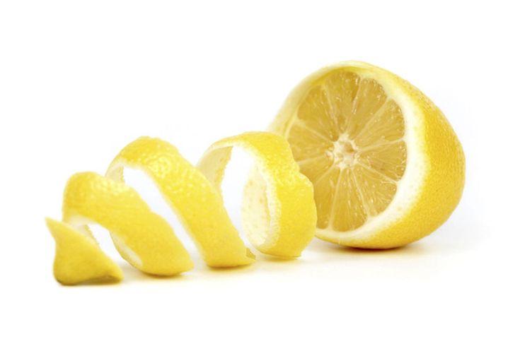 La cáscara de limón está llena de nutrientes para aprovechar. Estos son los beneficios y maravillas para tu piel, digestión y organismo de la cáscara de limón. El limón es uno de los cítricos más populares de todos: es versátil, muy útil, fácil de encontrar y con muchos nutrientes. ¿Pero te has puesto a pensar […] The post Beneficios de la cáscara de limón para tu piel y digestión. 🍋 ¡Sácale más provecho! appeared first on Vanidades. Beauty Tips For Face, Beauty Hacks, Soften Brown Sugar, Watermelon Martini, Bleach Uses, Lemon Soap, Lemon Uses, Photo Libre, Soap Recipes