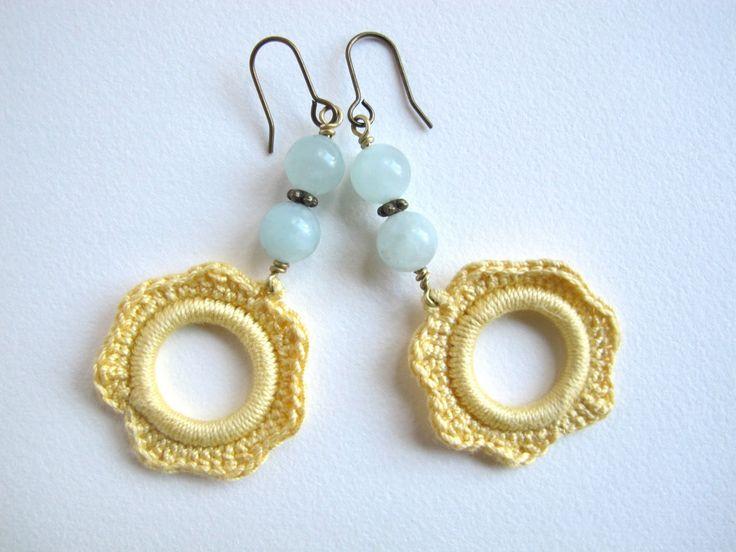Ik maakte eerder deze bellen met zelfgehaakte ornamenten...              En het voorbije weekend deze, maar deze keer besloot ik er een ' ho...