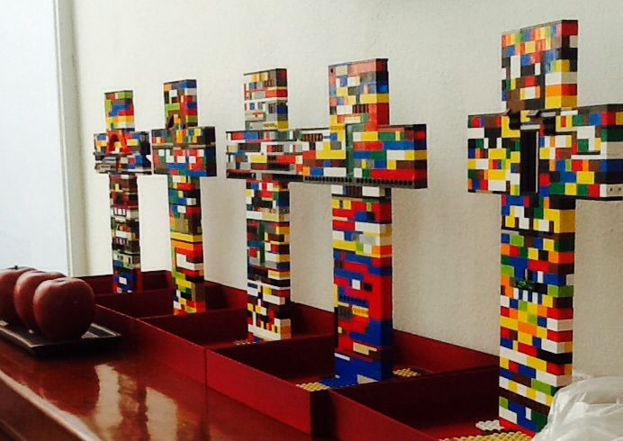 First comunion lego cross!!!  Such a good idea!!  centerpieces....centros de mesa...!!!!