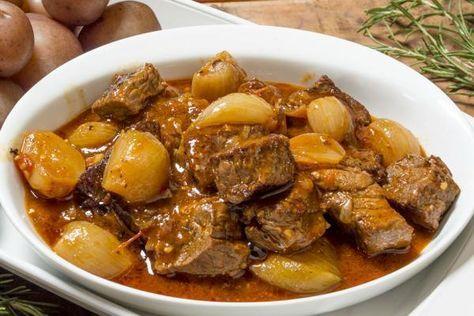 Sulu yemekleri sevenler ve etten vazgeçemeyenler için bir klasiktir tas kebabı tarifi. Olmazsa olmazı dana eti, soğan ve suyuna lezzet veren salçadır.