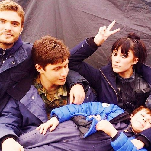 Alex Roe, Nick Robinson, Maika Monroe and Zackary Arthur hang out on set.