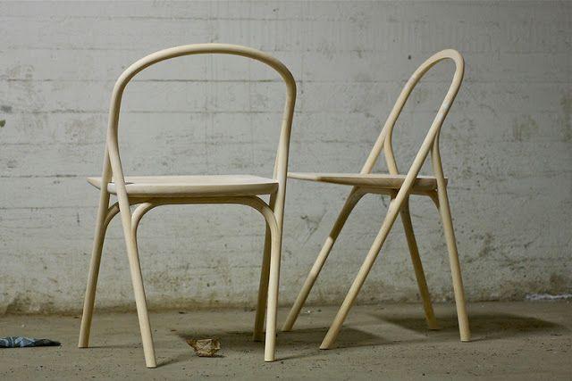 """Después de haberse convertido en un clásico y precursor del diseño industrial, la silla Thonet ha vivido una larga vida como """"la silla"""" de madera domada. Hoy en día, el diseñador Staffan Holm utiliza nuevos métodos industriales para crear una silla ligera, resistente y estilizada, que no podemos dejar de ver como una evolución de la clásica Thonet."""