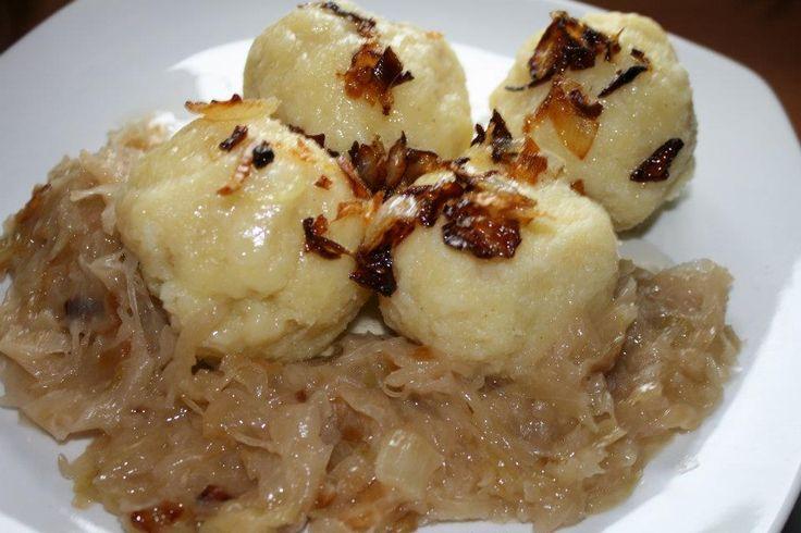 Plnené zemiakové knedličky s kyslou kapustou