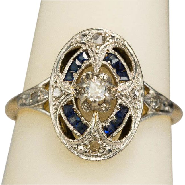A lovely petite and delicate Art Deco ring dating from circa 1930, hand crafted in 18 k yellow gold with a platinum layer on the top. A sparkling