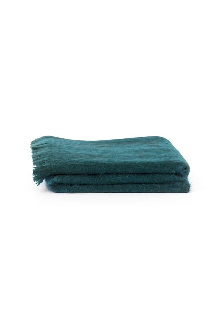 Heerlijk warm en oversized! Draag deze sjaal op verschillende manieren: – Chique als poncho – Casual als col op een stoer leren jasje – Of nonchalant om je nek gewikkeld bij een trenchcoat De mix van 80% alpaca en 20% acryl zorgt er bovendien voor dat de sjaal zo zacht is dat je hem ook binnen niet meer af wilt …