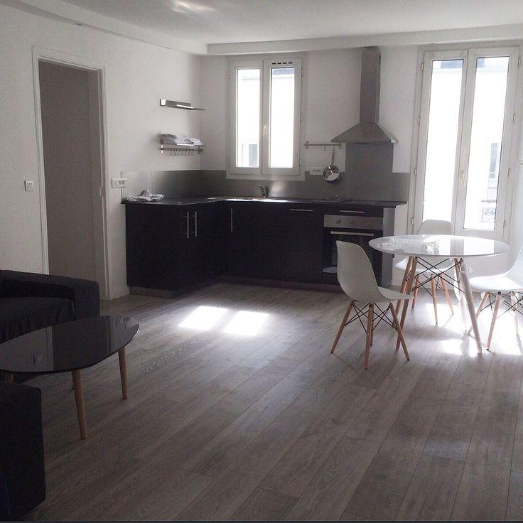 Décoration cuisine ouverte moderne avec revêtement de sol stratifié effet parquet / Cuisine noir blanc et gris #Paris #Decorasol