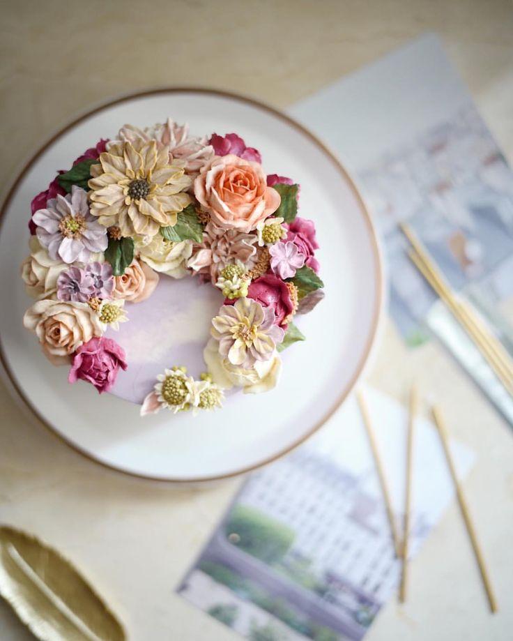 새해, 첫 weekly cake 민들레 같은 이름 모를 작은 꽃 상상속의 꽃들로. . . . #flowercake #buttercream #플라워케이크 #플라워케익 #써드아이엠