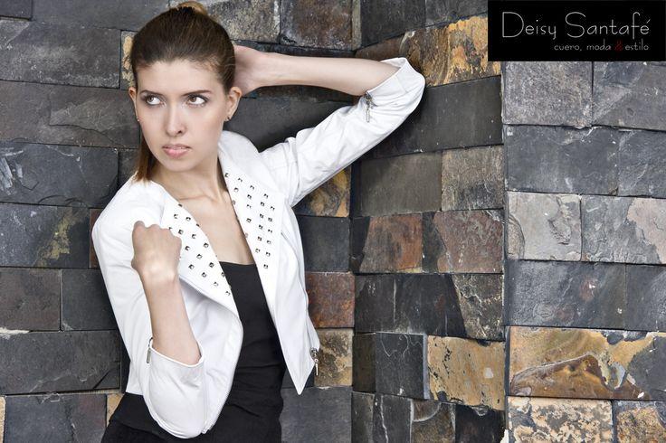 Chaqueta cuero blanco corte cruzado manga 3/4. corta, cuello redondo y taches en solapa.