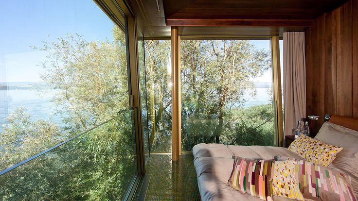 Die Schiebeflügel sind schrät nach aussen gelehnt und öffenbar. Hotel La Pinte, Murten - air-lux.ch