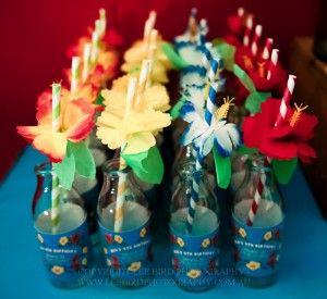 Idée originale, pour une ambiance encore plus vacances, mettre vos pailles Hibiscus dans des bouteilles en verre !