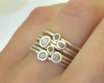 En bruto diamante en plata de ley anillo de apilamiento