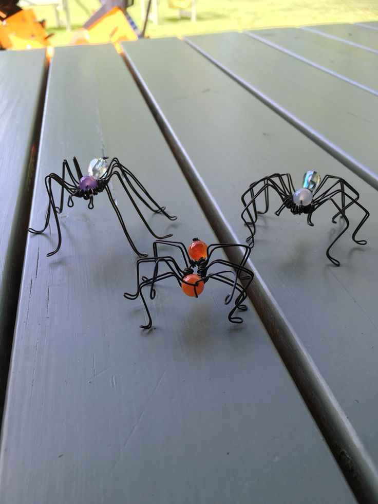 Wire spiders
