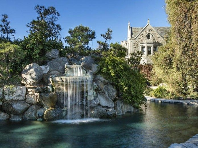 The-Playboy-Mansion-in-Holmby-Hills-is-for-sale-for-$200,000,000-05