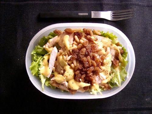 #Schiscetta - #Insalata con #Petto di #Pollo grigliato, #pinoli, #uva sultanina e #vinaigrette alla #Senape di Digione