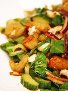 De Thaise keuken combineert altijd de verschillende smaken zoet, zuur, zout, hartig en umami. In dit recept zie je dat terug in de sojasaus, limoen en ananas. Een heerlijke smakencombi!
