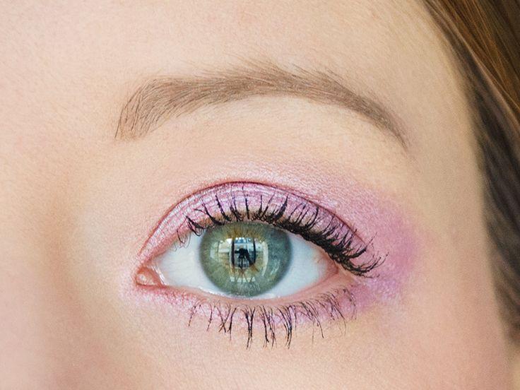 Ombre crème haute tolérance (Eye Care) - Maquillage avec les teintes Framboise et Lilas #blog #beauté #maquillage #makeup #yeux #eyes #sensibles #intolérants #eyecare #fard #ombre #paupières #crème #liquide #rose #framboise #violet #lilas #swatch http://mamzelleboom.com/2015/02/26/maquillage-peau-yeux-levres-sensible-intolerant-allergique-eye-care-ombre-creme-haute-tolerance-framboise-lilas-crayon-rouge-levres-jumbo-grenade/