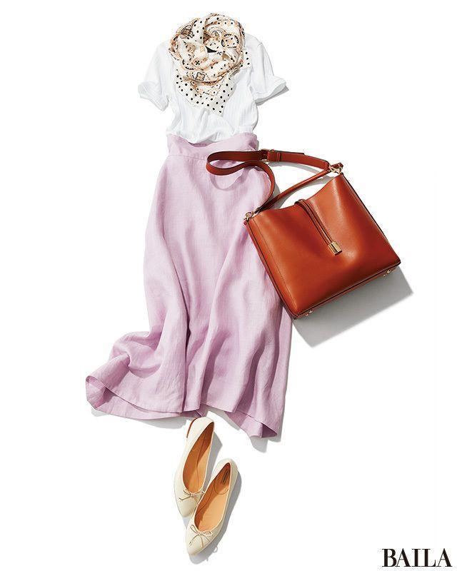 今日は、夏の日差しによく映える、白T×ラベンダーのさわやか配色にドットのスカーフで可愛げを足して。旬な長め丈のスカートなら、大人っぽいムードでカジュアルすぎない雰囲気に。ホワイトのフラットシューズを合わせれば、抜け感が生まれてローヒールでも美脚印象をキープできます。全身がブライト・・・