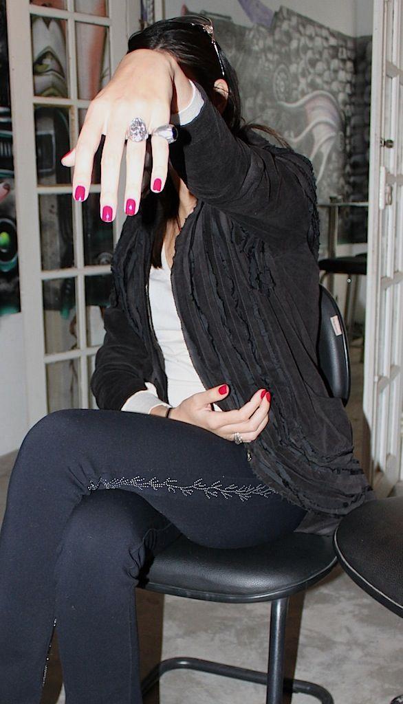 Sim, o esmalte dela é BAFO, os anéis são supercool e o look all black é chique e vai a qualquer lugar. Mas o melhor, mesmo, ainda está por vir: Estes aqui são os sapatos dela. Eles têm um ar de realeza a la Luís XIV. Os saltos não muito altos e bem grossos, a …