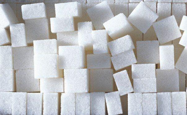 5 способов применения сахара в хозяйстве 1. Удаление пятен  Сахар легко выводит пятна от травы. Просто намочите пятно, посыпьте сахаром и оставьте на час. Результат вас удивит.  2. Уменьшение остроты блюда  Если вы насыпали слишком много красного перца в пищу - добавьте чайную ложку сахара и острота уйдет  3. Нейтрализация запаха в кофемолке   Сахар поглотит запах и цвет кофе и любых специй, пропущенных через кофемолку.  4. Удаление смазки с рук   Все знают, как сложно смыть мылом смазку с…