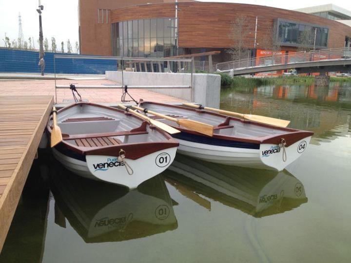 Las barcas en el lago de Puerto Venecia.
