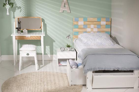 Quarto de solteiro com tons de madeira, branco e uma parede verde passa uma tranquilidade! Cama de Solteiro Com Sapateira Till Up - Branco Giz