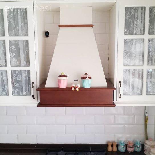 30 yaşında, 2 yıllık evli, bir de 9 aylık minik bir kızın annesi Züleyha hanımın mutfağının konuğuyuz.. Ev sahibimiz bir süredir çalışmıyor, ancak öncesinde mobilya tasarımcısı imiş..  Züleyha hanım...