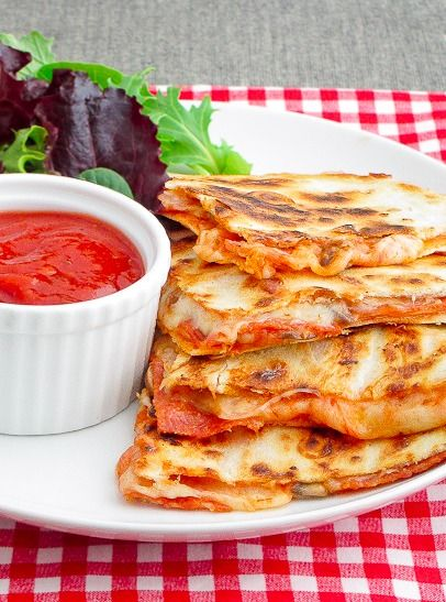 Pepperoni Pizza Quesadillas - It takes less than 10 minutes to make this delicious dinner recipe | Snixy Kitchen