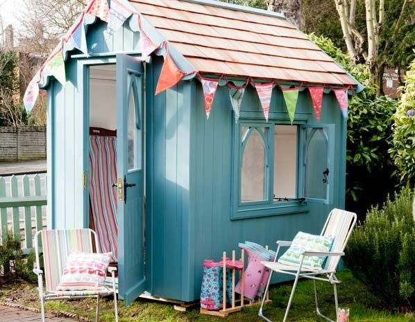 Beach hut shed (© The Posh Shed Company)