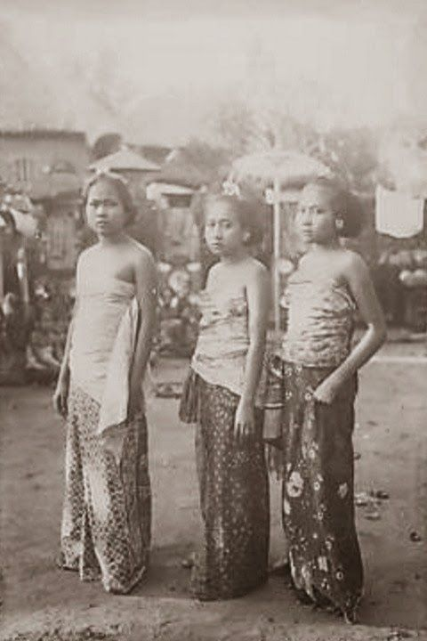 Three beautiful Balinesse girl ~ Bali ~ Indonesia ~ 1920s