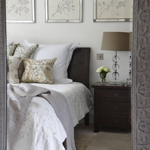 Country Home Bedroom : Camera da letto rurale di Charlotte Crosland Interiors