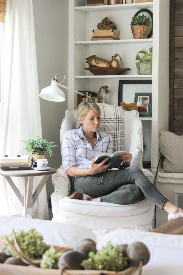 Rincón de lectura en un sillón de orejas slipcovered