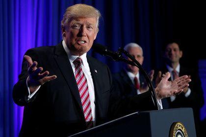 Трамп отругал The New York Times и The Washington Post       Президент США Дональд Трамп раскритиковал американские издания The New York Times и The Washington Post за то, как они освещали и продолжают освещать его деятельность. Он упрекнул журналистов в том, что они делали неправильные политические прогнозы, и назвал их работу фальшивой.