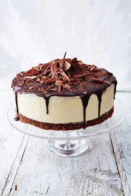 """Творожный десерт: замороженный чизкейк   Этот творожный десерт Джейми Оливер приготовил по """"мотивам"""" известного торта Черный лес (Шварцвальдский Торт) и чизкейка. Соединив эти 2 рецепта в один, он получил вкуснейший десерт. Вы можете его смело сервировать на любой праздник.  Вишня, сливочный сыр, шоколад - много вкусных продуктов в одном десерте сочетаются гармонично: об этом десерте ваши гости будут долго вспоминать."""