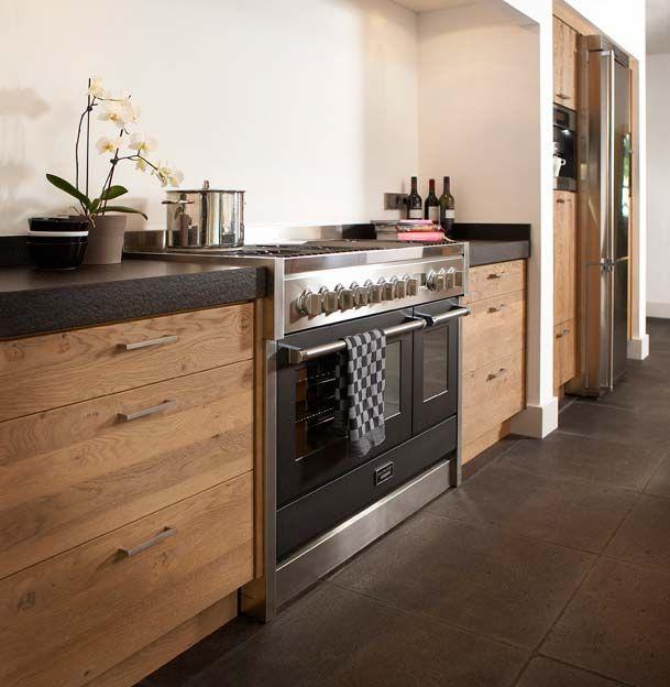 Moderne tijdloze keuken waarbij kastenwand een esthetische en functionele scheiding biedt in de ruimte.