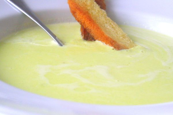 Soppa blev det till lunch även igår, Och då en gräddig potatis och purjolökssoppa. God som förrätt också. Det här behöver du till denna nyttiga soppa : 8 potatisar 1 purjolök 6 dl med höns- eller kycklingbuljong 3 dl grädde Salt Servera med smörstekta krispiga brödlängder Gör så här: Skala … Läs mer