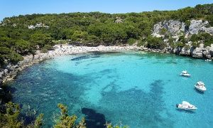 Groupon - Menorca: 5 días y 4 noches para dos pers y un niño en Apartamentos Dianas II, a 400 metros de la playa desde 59€ en . Precio de la oferta Groupon: 59€