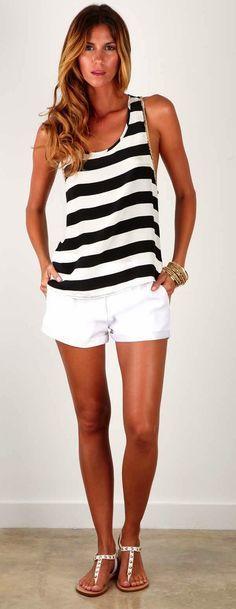 Zandalias, Short Blanco y Blusa a rayas negras y blancas.