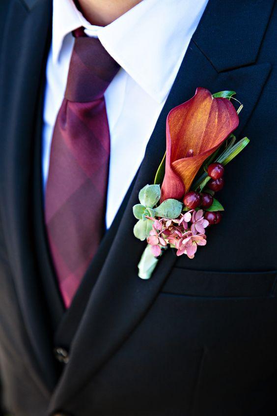 Бутоньерка из калл. Для строгой классической свадьбы оптимальным вариантом будет бутоньерка из белой каллы без лишних декоративных деталей. Если такие бутоньерки кажутся вам слишком строгими или скучными, то можно добавить к ним яркие ленты в цвет свадьбы или другие цветы и декоративные растения.