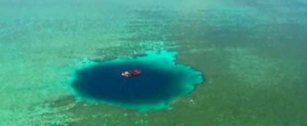 Vidéo: Découverte du plus profond trou bleu au monde