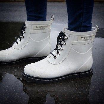 履きやすく、脱ぎやすい、ショート丈。  雨の日でなくても大活躍するはず。