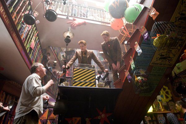 New Pix (BTS - james and oliver phelps behind the scenes of harry potter) has been published on Tremendous Pix