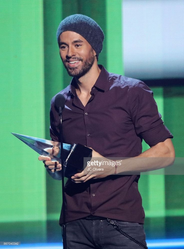 Enrique Iglesias accepts the 'Artist Of The Year' award during the 2017 Latin American Music Awards at Dolby Theatre on October 26, 2017 in Hollywood, California.