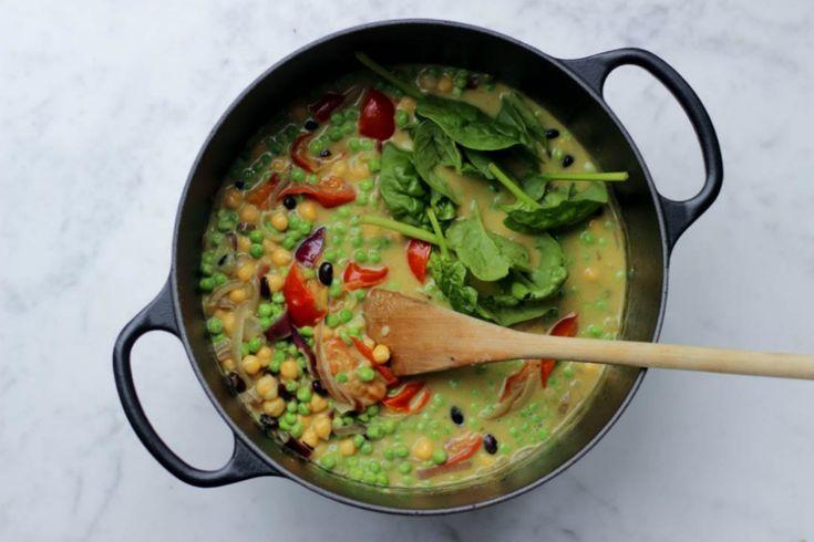 Deze heerlijke kikkererwten curry is vegan en super voedzaam. Bomvol groenten en fijne smaken. Receptje is van vegan blog Living the Green Life!