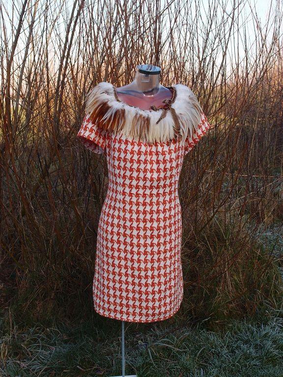 Prachtige jurk met veren kraag van Roelylook.